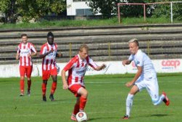 Topoľčany doma vyhrali 4:0, druhý gól strelil Marek Švajlen (s loptou).