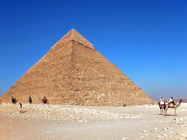 V Egypte sú obľúbené výlety k pyramídam.