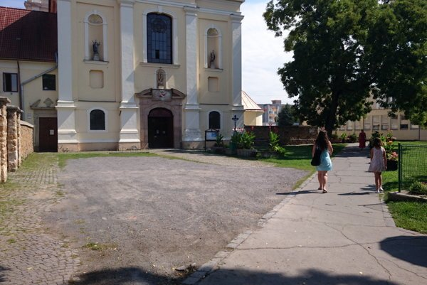 Priestor pred kostolom, ktorý plánujú obnoviť.