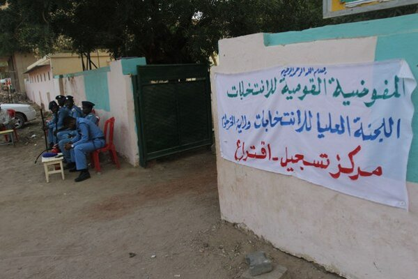 Sudánske bezpečnostné zložky sedia pred volebným centrom.