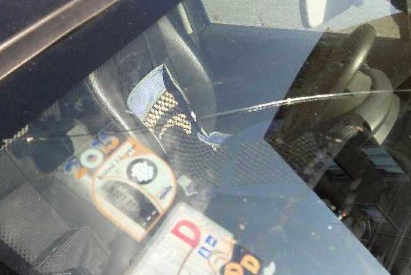 Poškodené čelné sklo. Poslankyňa si ho našla pri odchode z magistrátu.
