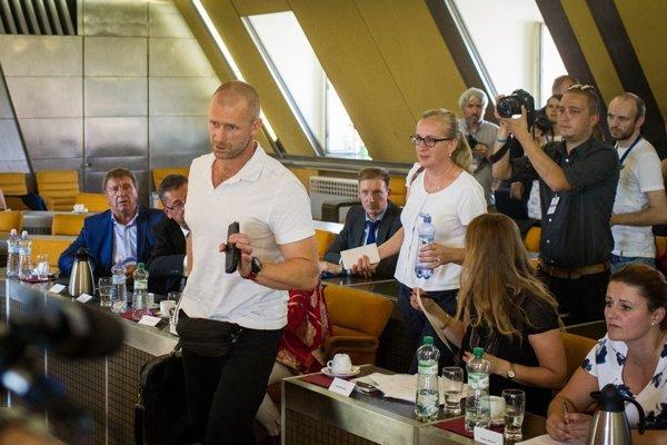 Riaditeľ resocializačného zariadenia Peter Tománek prišiel aj na rokovanie ľudskoprávneho výboru, s médiami odmietol komunikovať.