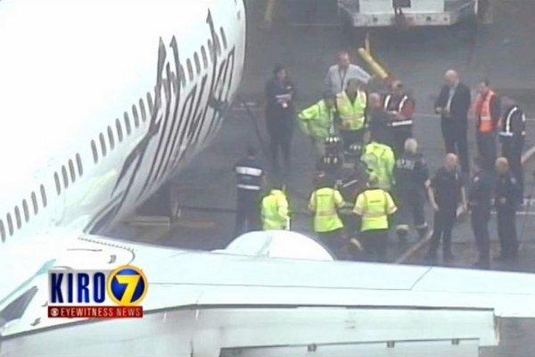 Zamestnanec uviazol v nákladnej časti lietadla.