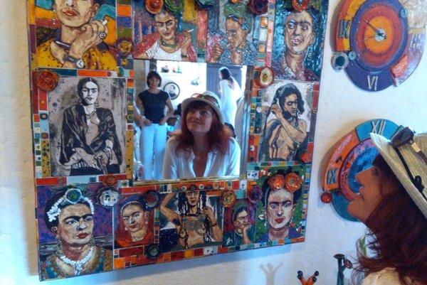 Autorka výstavy Slávka Prevendarčíková pred jej zrkadlom.