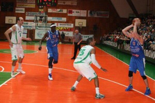 Handlovskí basketbalisti zdolali ďalšieho ťažkého súpera.