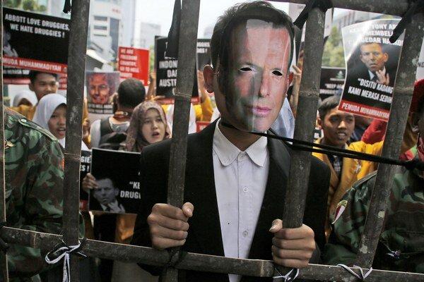 Indonézsky moslimský študent v maske s portrétom austrálskeho premiéra Tonyho Abbotta počas protestu pred austrálskym veľvyslanectvom v Jakarte.