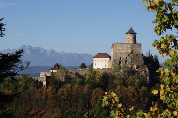 Ľubovniansky hrad. Je dominantou regiónu.