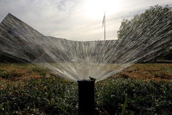 Kalifornia zakázala 17. marca 2015 polievanie trávnikov 48 hodín od dažďa v rámci najnovších snáh prinútiť Kalifornčanov šetriť vodou v čase, kedy tento americký štát vstupuje do štvrtého roka sucha.