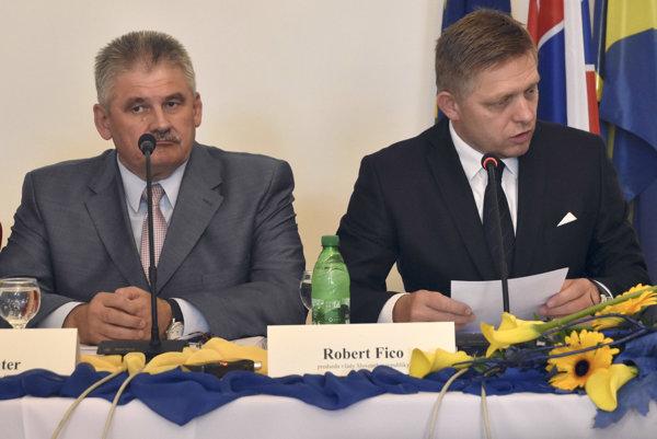 Zľava minister práce Ján Richter a predseda vlády Robert Fico.