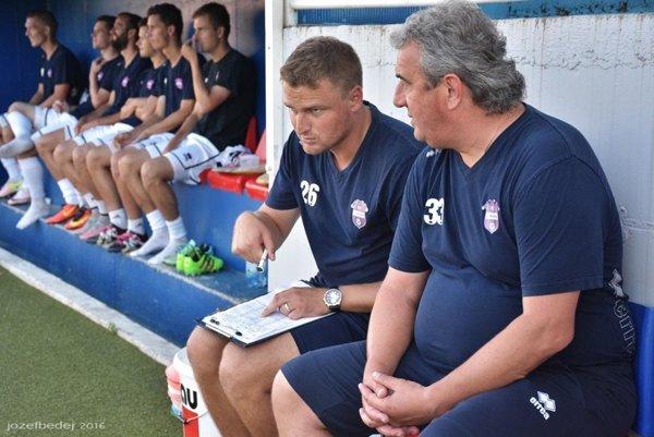 Zverenci trénera Petra Gergelyho (vpravo) museli otáčať priebeh pohárového zápasu na ihrisku Tepličky nad Váhom.