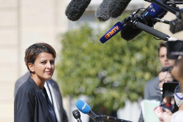 Francúzska ministerka školstva Najat Vallaud-Belkacemová hovorí s médiami.