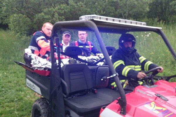 Hasiči z Turzovky použili na transport muža záchranársku štvorkolku.