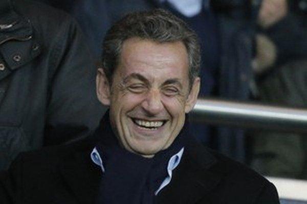 Nicolas Sarkozy sa teší z víťazstva v prvom kole regionálnych volieb.