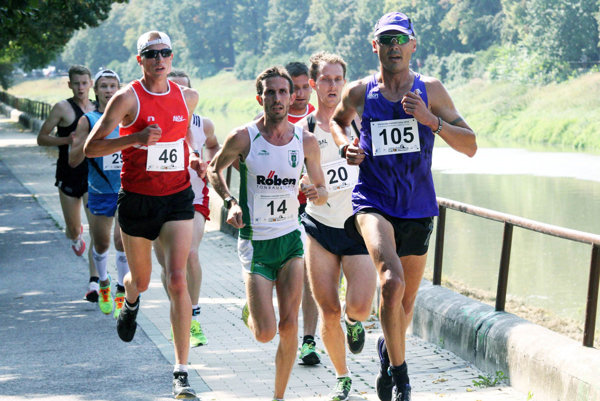 Vpravo v modrom (č. 105) nový majster Slovenska v behu na 10 km na ceste Boris Csiba z Bratislavy.
