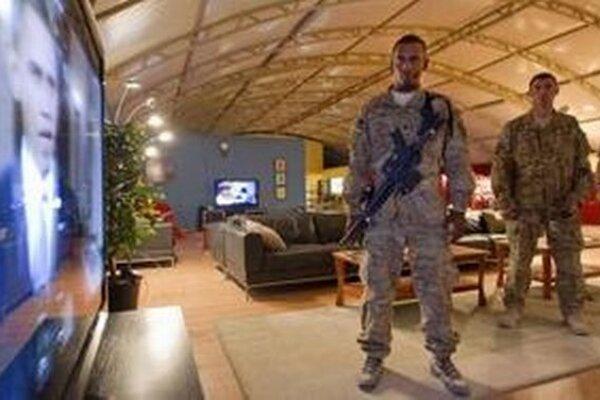 Americkí vojaci v Afganistane sledujú prejav Barack Obama.
