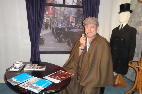 Jaroslav Martínek nám zapózoval vo fajčiarskom kútiku Sherlocka Holmesa.