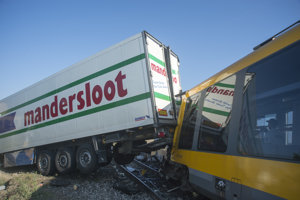 Vlak po zrážke s kamiónom.