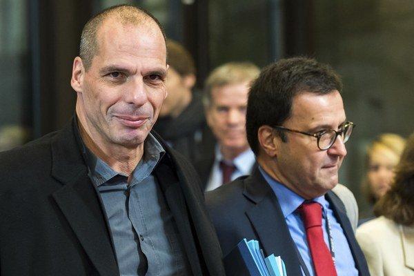 Grécky minister financii Yanis Varoufakis (vľavo) prichádza na zasadnutie ministrov financií v Bruseli.
