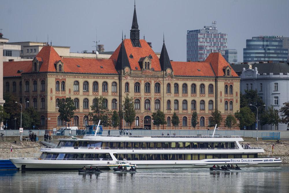 Loď, na ktorej sa koná neformálny obed lídrov EÚ.