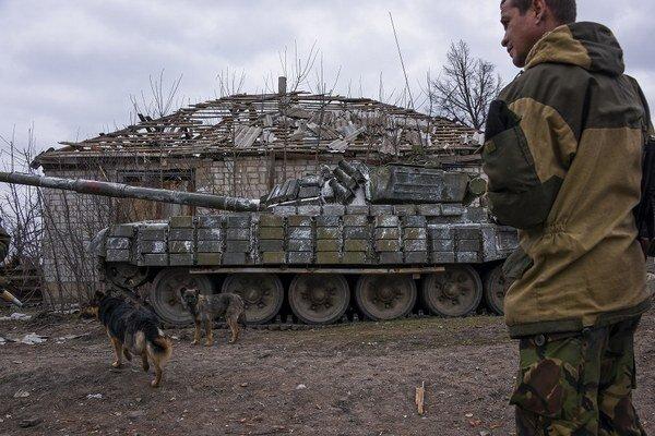 Tank pri Luhansku na Ukrajine.