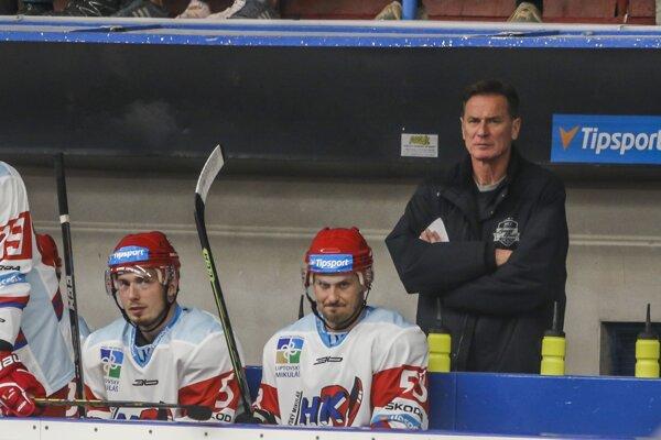 Na snímke zľava Matej Moravčík, Igor Bobček a tréner Liptovského Mikuláša Róbert Spišák v hokejovom zápase 2.kola Tipsport Ligy MHK 32 Liptovský Mikuláš.