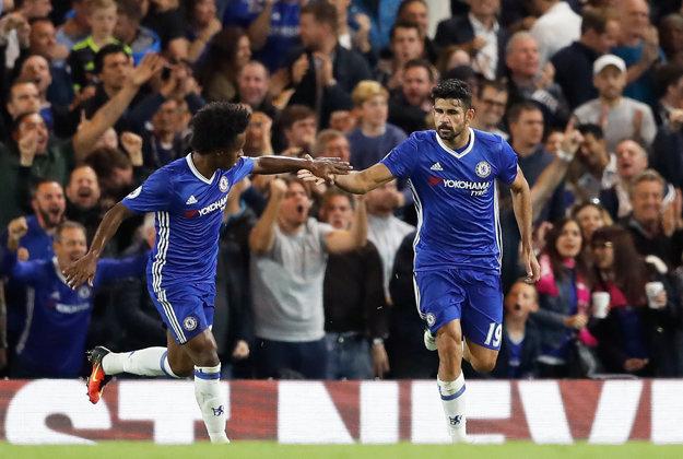 Diego Costa (vľavo) svojim gólom iba znížil prehru Chelsea.