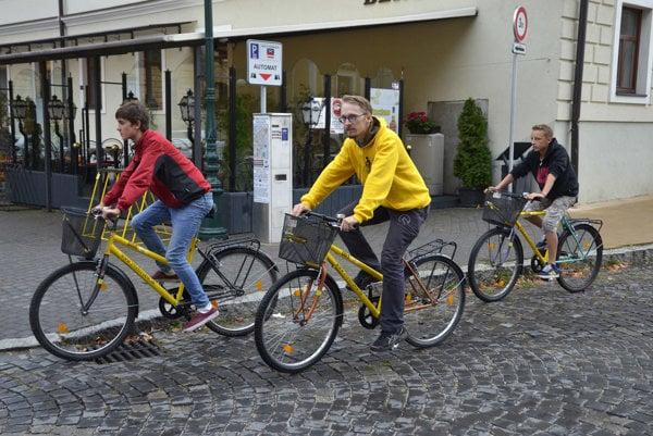 Zdieľané bicykle v uliciach Kežmarku.