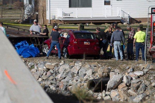 Auto spadlo do rieky po tom, ako na moste narazilo do betónového zvodidla.