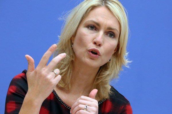 Nemecká ministerka pre rodinu Manuela Schwesigová reční počas tlačovej konferencie v Berlíne o ženských kvótach.