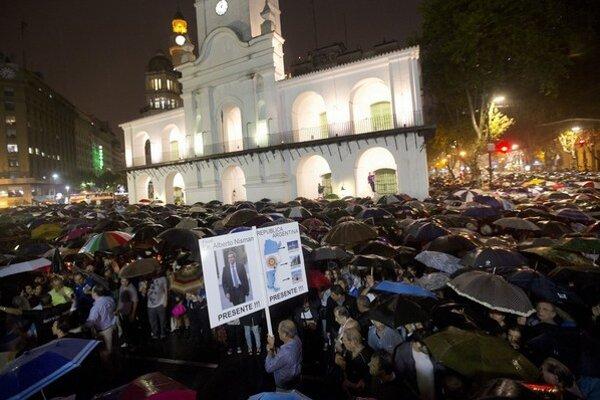 Vyšetrenie smrti prokurátora žiadali v polovici februára státisíce ľudí.