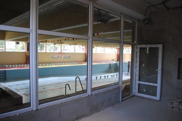 Nová presklená čakáreň. S výhľadom na plavecký bazén budú mať návštevníci väčší prehľad.