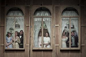 Najlepšou inscenáciou sezóny sa stala adaptácia Bergmanovho filmu Fanny a Alexander v réžii Mariána Amslera.