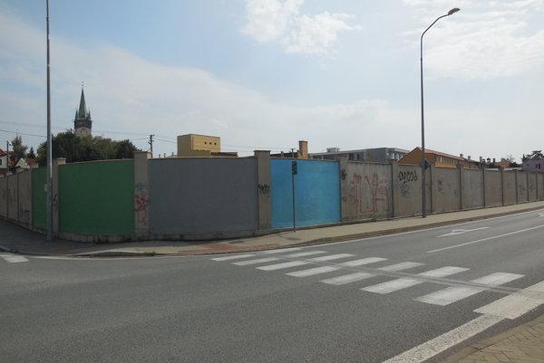 Oplotenie križovatky Suchomlynská aOkružná ulica. Natreté farbou sú len štyri panely.