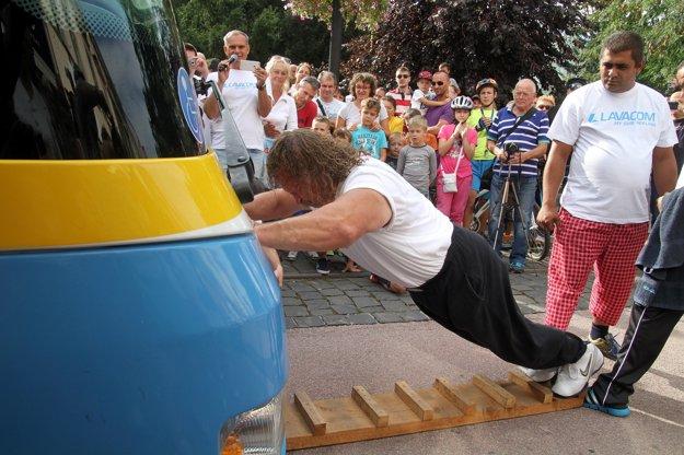 Druhý rekord. Autobus DPMK šiel včera na špeciálny pohon. Svojou silou ho poháňal Juraj Barbarič. A veru mal čo robiť. Samotný autobus vážil 8,1 tony a nastúpilo doň 67 ľudí, prevažne detí, ktorí spolu vážili 2016 kíl. Takže J. Barbarič sa zaprel do autobusu s celkovou hmotnosťou 10116 kíl a odtlačil ho na vzdialenosť 5,28 metra.