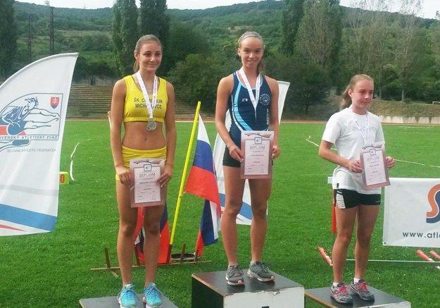 V strede Kristína Majzlíková, víťazka behu na 1500 metrov.