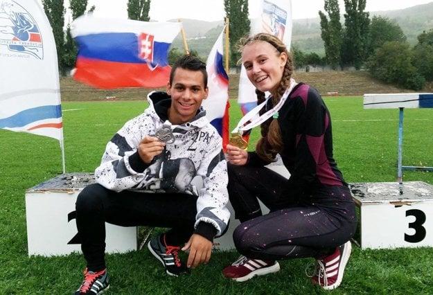 Dvojica chodcov Daniel Kováč (strieborný) a Dominika Hubková (zlatá).