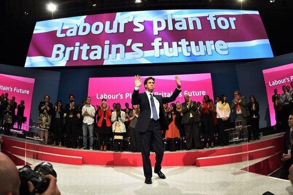 Ed Miliband a program labouristov majú byť novou nádejou pre Veľkú Britániu. Ľavičiari však zrejme sami vládnuť nebudú.