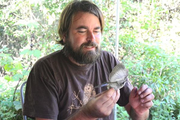 Ornitológ Milan Olekšák. Podľa správania operencov odhaduje príjemný začiatok jesene.