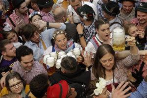 Čašníčka sa snaží pretlačiť cez návštevníkov počas slávnostného otvorenia 183. ročníka Oktoberfestu.