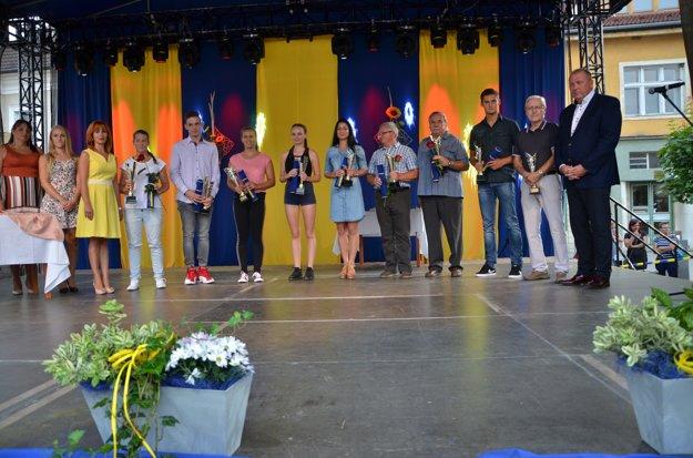 Ocenení športovci spolu sprimátorom Rožňavy Pavlom Burdigom (vpravo) aprednostkou mestského úradu Erikou Mihalikovou (vľavo).