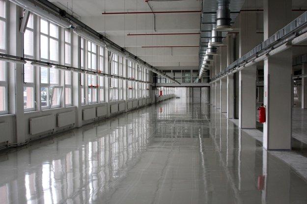 Zrekonštruované priestory čakajú na investorov. K dispozícii sú od septembra 2015.