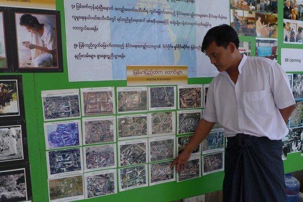 Aung Myo ukazuje na fotografie barmským väzníc.