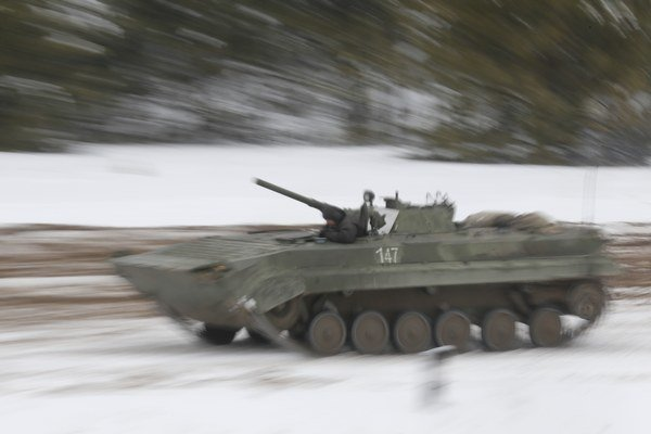 Ukrajinský obrnený transportér počas vojenského cvičenia na základni Desna.
