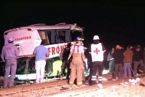 Zrážka autobusu s nákladným vlakom v Mexiku.
