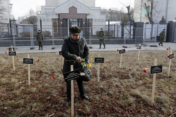 V Mariupoli spomínajú na obete útoku gradmi.