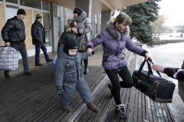 Ľudia opúšťajú ukrajinské mesto Debaľceve.