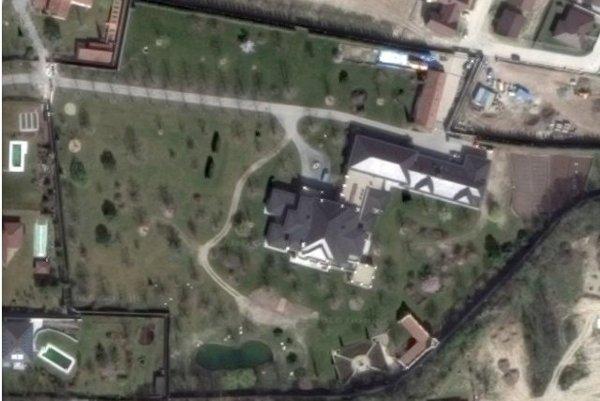 Dom aj pozemok si Viliam Pančík obohnal niekoľkometrovým plotom.