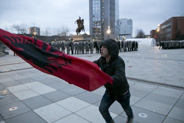 Demonštrant počas protestu v Prištine.