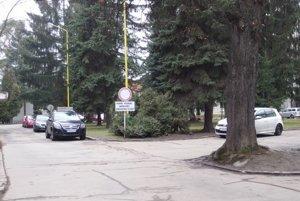 Zaparkovať pri nemocnici býva často veľmi komplikované.