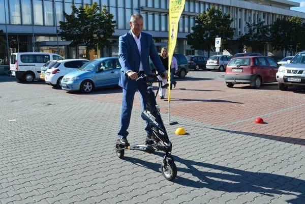 Primátor Ján Nosko si dnes vyskúšal aj alternatívne druhy dopravy a pochvaľoval si túto možnosť.